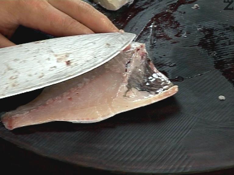 От коремчето на всяко филе се изрязват костите, филето се осолява и подправя с смлян черен пипер.