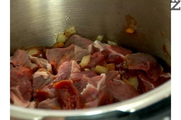 В тенджера под налягане се загрява силно свинска мас и се запържва лука за минута, след което тенджерата се оттегля от котлона и поръсваме с червен пипер. Разбъркваме, добавяме месото, посоляваме и се прибавя кимион. Връщаме тенджерата на котлона и запържваме за 3 мин., като енергично разбъркваме.