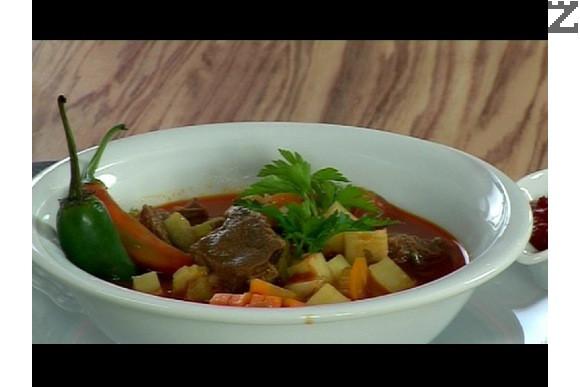 В края на готвенето поръсваме със ситно нарязан магданоз. Гулашът се поднася с пюре от люти чушки или лют сос по желание.