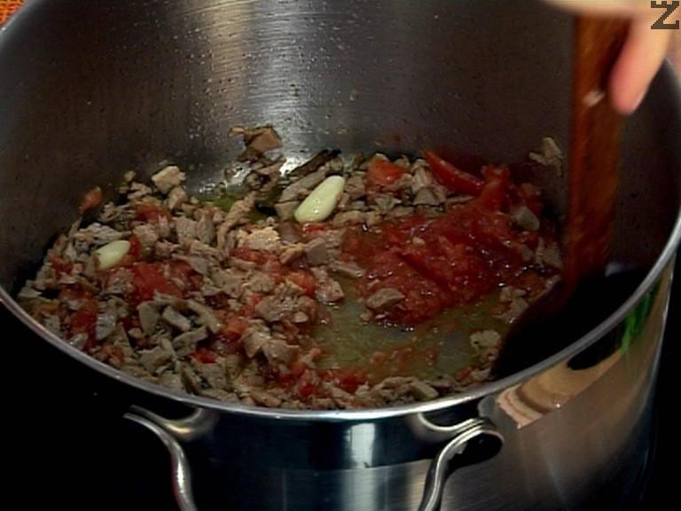 Пасираме домата, прибавяме го към месото, разбъркваме.