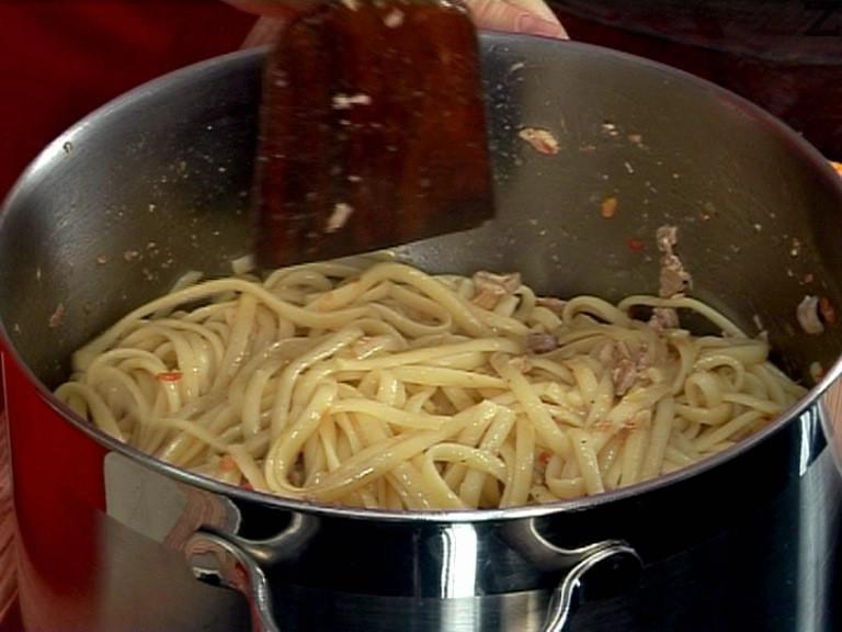 Добавяме спагетите към соса. Поръсваме с пармезан.
