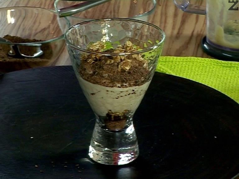 На дъното на десертна чаша поръсваме с настъргания шоколад. Сипваме малко от карамелизираните овесени ядки, поставяме от крема. Редуваме шоколад,ядкии и крем. Завършваме с ядки.
