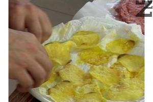 Поставяме ги в микровълнова фурна на най-висока степен. След 2-3 мин. обръщаме картофите и го поставяме за още 2-3 мин., но на по-малка мощност.