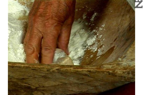 Разтваряме маята в 500 мл топла вода, смесваме с останалото брашно и месим меко и еластично тесто.