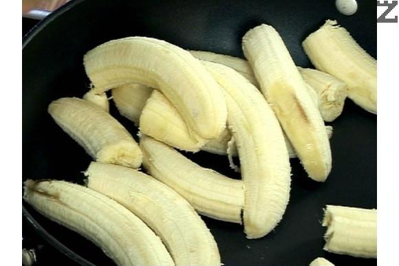 Обелваме бананите, като 2/3 от тях смачкваме на пюре заедно с лимоновия сок и сока от ананас. Слагаме ги в широк тиган на котлона и загряваме.