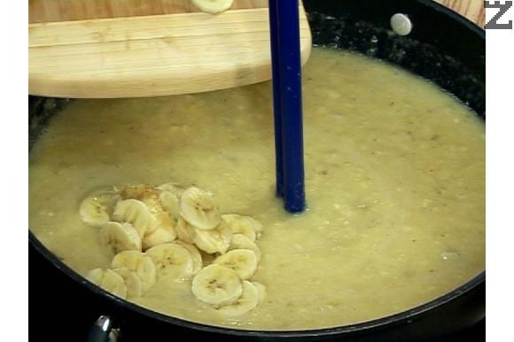 Останалите банани се нарязват на колелца, и прибавят при пюрето.