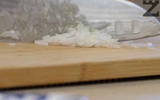 Лукът се реже на много ситно.