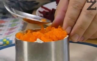Слагат се моркови и майонеза.