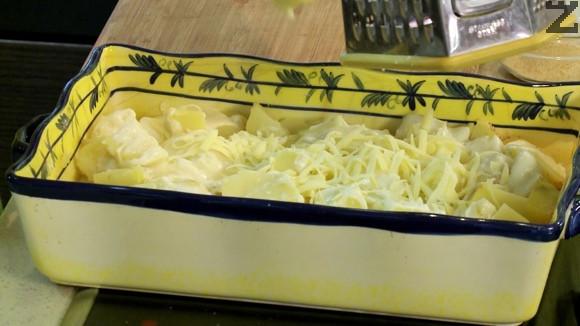Картофите се слагат небелени в тенджера със студена вода, след като кипне се варят 20 минути. Обелват се след като изтинат леко и нарязват на кубчета.