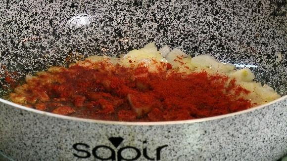 Лукът се нарязва на дребно. В дълбок съд се загрява свинска мас и лукът се пържи на умерен огън за минута. Поръсва се с червен пипер, разбърква се и отегля от котлона.