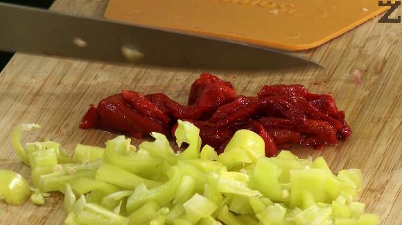 Чушките се нарязват на дребно, доматите се скълцват. Слагат се при задушеното месо заедно със скилидка скълцан чесън.