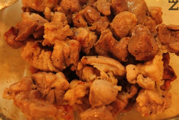Месото се нарязва на малки хапки, посолява, подправя със смлян черен пипер и полива с 2 с.л. олио. Хубаво се размесва и оставя за 10-20 минути да престои. Налива се олио в дълбока тенджера и се загрява, слага се месото и се пържи за 10 минути като периодично се разбърква за да се зачерви от всички
