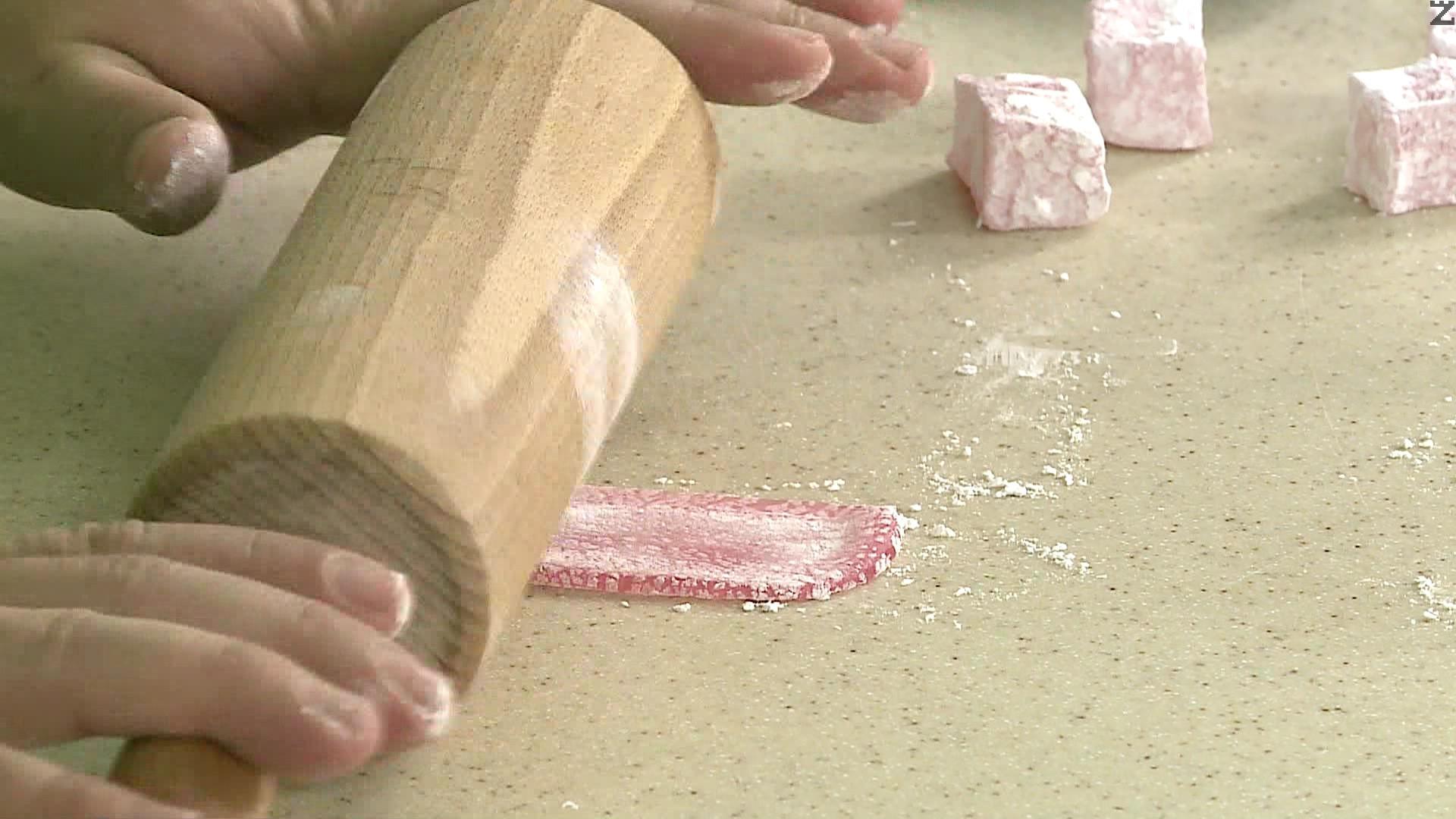 Всеки локум се изтънява и разточва тънко, като се поръсва с пудра захар за да не залепне за валяка за точене.