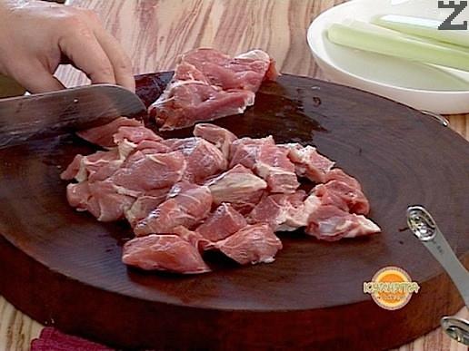 Нарязва се месото на кубчета с големина 2-3 см.