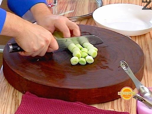 Запържения лук, се слага при месото, нарязва се праз лук на колелца и се добавя в тенджерата. Поръсва се с червен пипер.