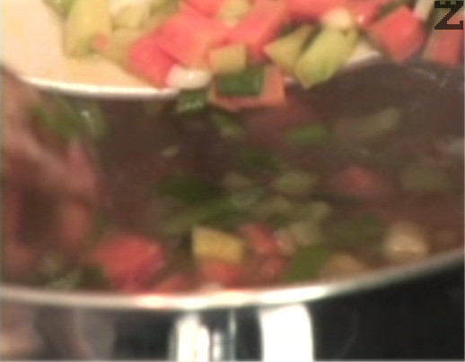 Вадим сварения дроб и в същата тенджера прехвърляме леко запържените зеленчуци.