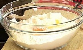 За тестото, към брашното се слага студено масло и яйце. Содата се полива с 3-4 капки оцет и слага при тестото. С вилица продуктите се мачкат и бъркат, налива се вода, слага се щипка сол и се омесва тесто.
