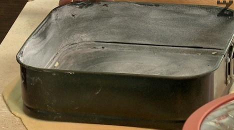 Разделя се на две и с набрашнена точилка тестотото се разточва на квадратни кори с големината на тавата за печене.