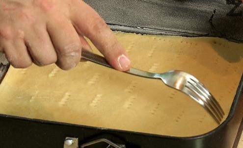 Всяка кора се слага в тава с размер 25 см, намаслена и поръсена с брашно. Надупчва се с вилица. Пече се на 200 ℃ за 15-18 минути в предварително загрята фурна.