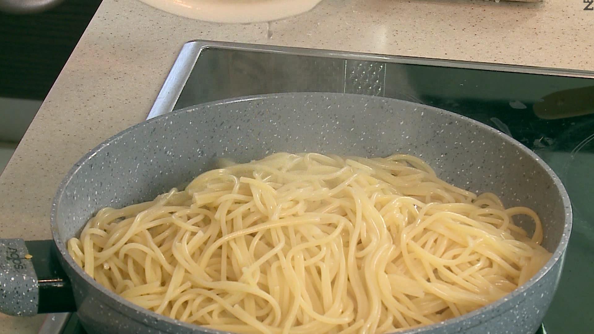 След минута пържене се слагат сварените спагети, поръсват се със запържено кедрово семе и хубаво размесват.