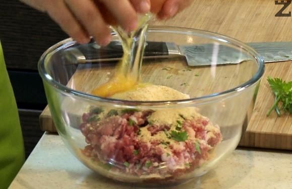 Лукът за кюфтетата се нарязва на ситно и слага при каймата, заедно със ситно нарязан магданоз, яйце, галета, чубрица и сол. Омесва се добре.