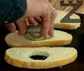 С помощта на ринг изрязваме кръг в средата на всяка филия.