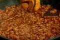 Изсипваме каймата, разбъркваме и запържваме. Изливаме доматеното пюре, поръсваме с розмарин, сол и захар.
