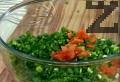 Отстраняваме ципата на доматите, почистваме от семето. Режем месестата част на малки кубчета.