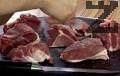 Режем месото на парчета, осоляваме, поръсваме с черен пипер, втриваме.