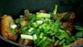 Нарязваме на едро лука, прибавяме го към месото. Заливаме с малко телешки бульон, задушаваме под капак.