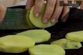 Сваряваме небелените картофи, но не напълно. Обелваме, режем на филийки.