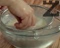 Изплакваме ориза 3-4 пъти в хладка вода.