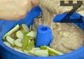 Почистваме крушите, нарязваме ги на филийки. Подреждаме ги върху тестото, изсипваме отгоре и останалата част. Печем на 180 градуса за 30-35 мин.