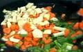 Нарязваме на ситно моркова, лука и целината, запържваме ги в сгорещеното олио за 30 сек.