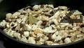 Нарязваме гъбите на ситно, поставяме ги в 1,5л студена подсолена вода заедно с дафиновите листа и лука.