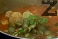 Прибавяме нарязаните на колелца кисели краставички, поръсваме с чубрица и магданоз. В самия край добавяме нарязания лимон.
