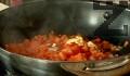 Нарязваме морковите и доматите на кубчета, а лука – на ситно.