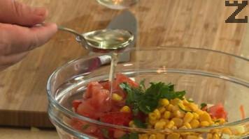 Всички продукти за дресин се разбиват и с тях се полива салата, като хубаво се разбърква. Сервира се веднага, като може да се поднесе с маслини.