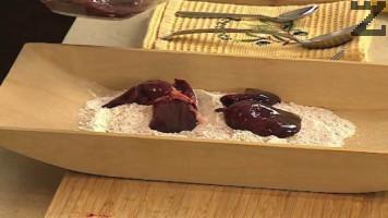 В тавичка се смесват брашно и червен пипер и в тази смес се овалват дробчетата.