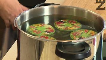 Така се приготвят всички буркани и заливат със студена вода.