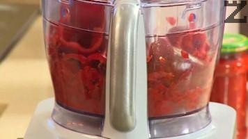 Червените чушки се почистват от семето и дръжките. Мелят се с машинка за месо или кухненски робот.