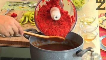 Слагат се при доматите и се поливат с олио и оцет. Добавя се сол и захар.