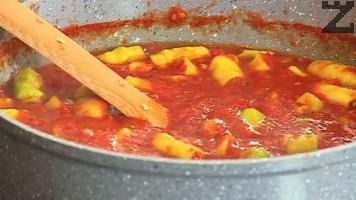 Сместа се вари на умерен огън докато се сгъсти, като се бърка за да не загори.Когато апетитката стане гъста в нея се слагат почистените от дръжки чорбаджийски чушки - нарязани на едри парчета.