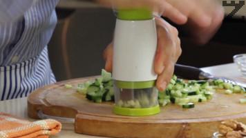 Чесънът се счуква на ситно и добавя в купата с краставицата.
