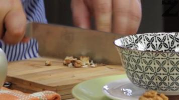 Орехите се нарязват на ситно или счукват в хаван.