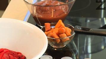 Морковите се слагат в 500 мл подсолена вода и варят на тих огън за 8-10 мин, след което се настъргват на ренде или мелят.