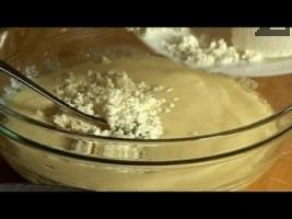 Натрошаваме сиренето, прибавяме брашното, замесваме меко тесто.