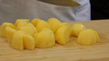 Картофите се измиват, обелват и нарязват на едри еднакви по големина кубчета.