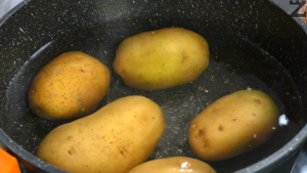 Картофите се измиват и слагат в тенджера със студена вода, загрява се и след като кипне се варят около 25 минути.