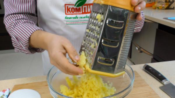 Сварените картофи се отцеждат от водата и след като изстинат, се обелват и настъргват на едро ренде. Към тях се слага запържения пресен лук.